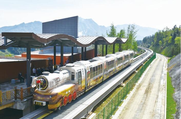 中国貴州省に「蒸気機関車風」観光モノレールが開業